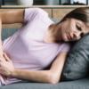 Коричневые выделения и болит живот